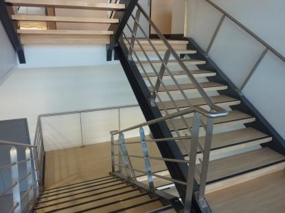 Escalier grande largeur avec garde corps en inox et marches en hêtre